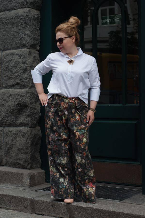 Белая рубашка, брюки-трубы, стиль 70-х, цветочный принт