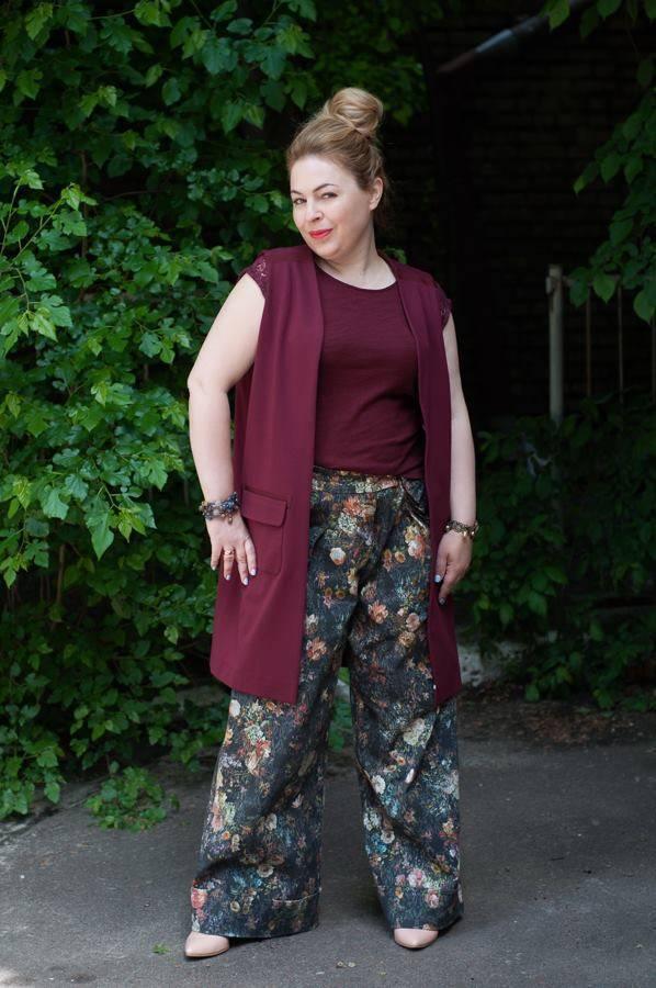 жакет без рукавов, брюки-трубы, стиль 70-х, цветочный принт