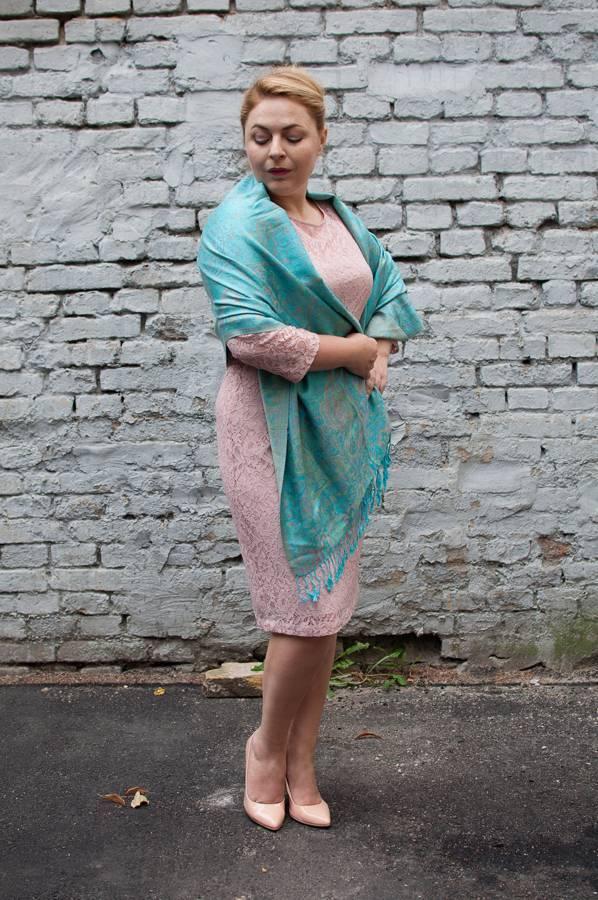Кружевное платье, палантин