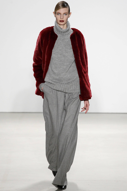 Серые брюки и свитер, бордовая шуба модный серый цвет