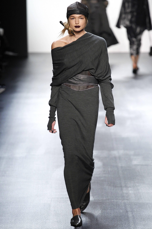 Длинное платье из трикотажа серого цвета модный серый цвет