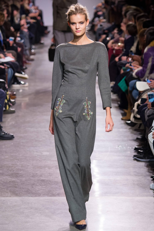 Модное платье в сером цвете модный серый цвет
