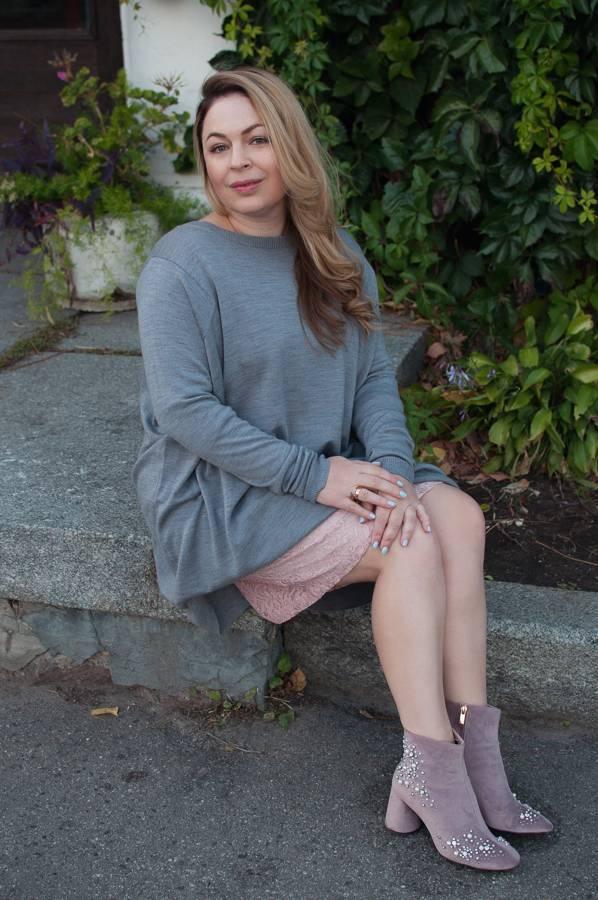 С чем носить платье-свитер серое розовое кружевное платье розовые бархатные ботинки