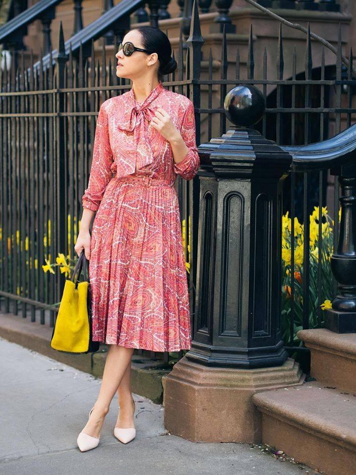 Платье в розовых тонах с принтом пейсли
