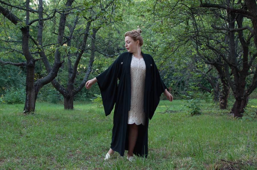Бельевой стиль. Белое кружевное платье и кимоно