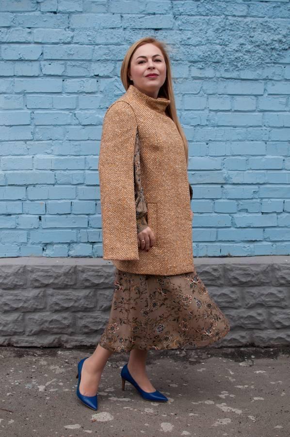 Модные осенние пальто кейп и модные осенние платья с принтом