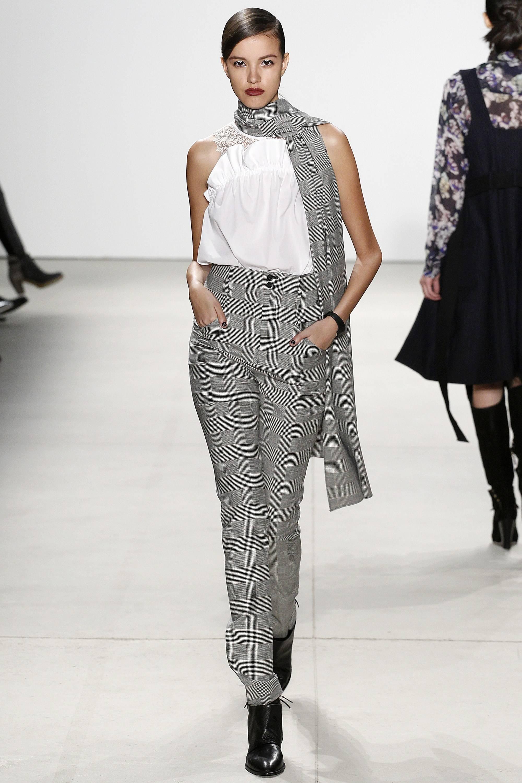 Серые брюки и шарф, белая блузка модный серый цвет
