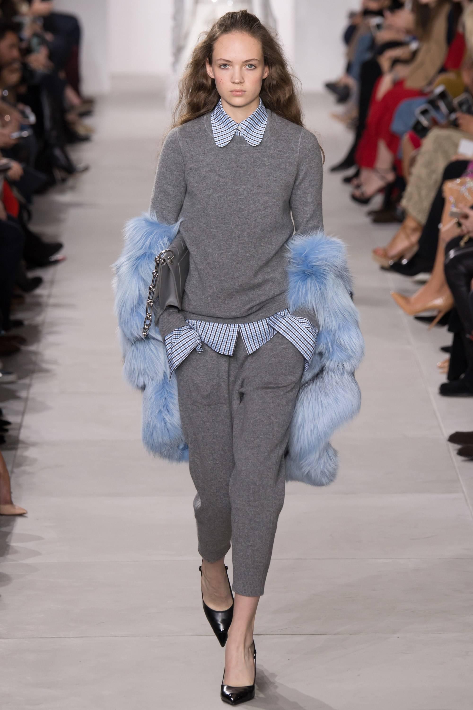Брюки, свитер, рубашка модного серого цвета модный серый цвет