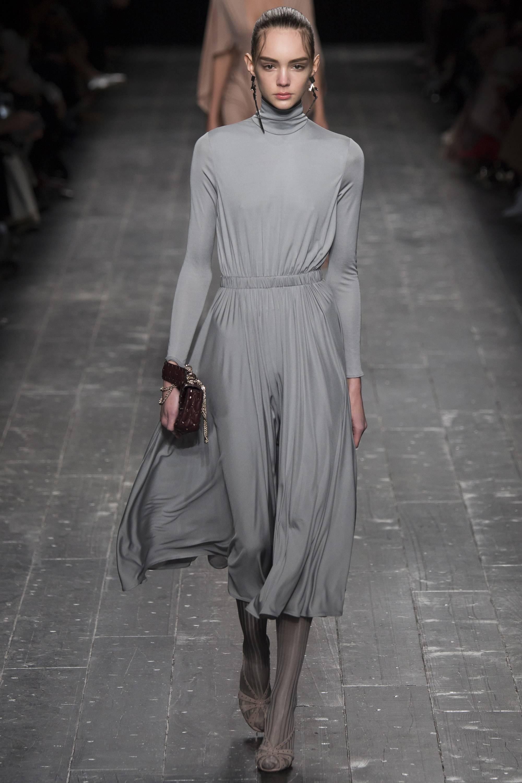 Серое платье-миди модный серый цвет